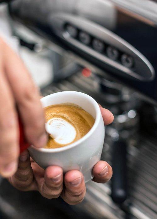 come servire il caffè macchiato
