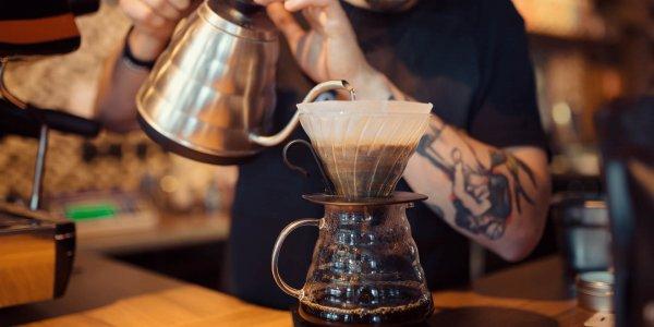 barista impegnato a servire un caffè Brasilmoka